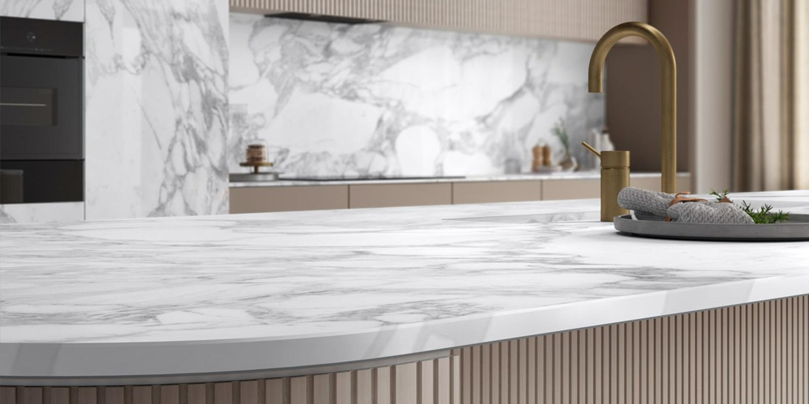 Il miglior materiale per il piano della cucina? Il gres porcellanato effetto marmo nei grandi formati